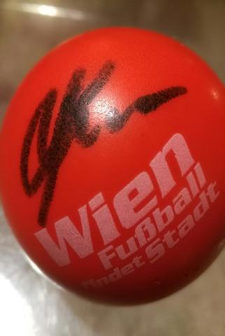 Ball mit Unterschrift. - (Sport, Fußball, Unterschrift)