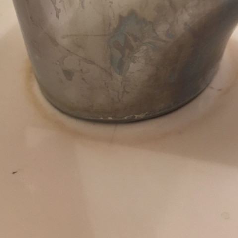 Wie Ablagerung zwischen Waschbecken und Armatur entfernen?