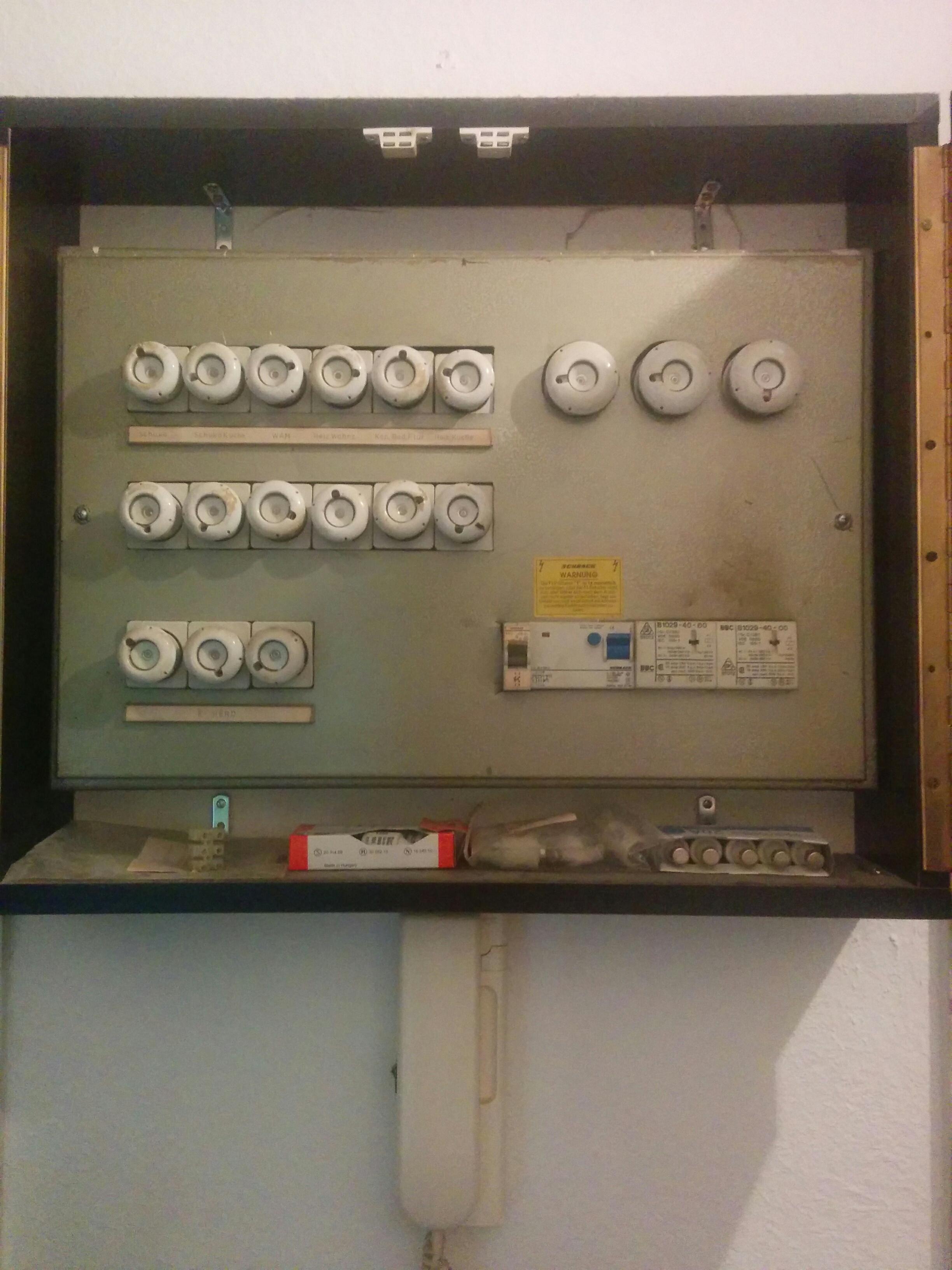 wie alt ist dieser sicherungskasten alter elektrik. Black Bedroom Furniture Sets. Home Design Ideas