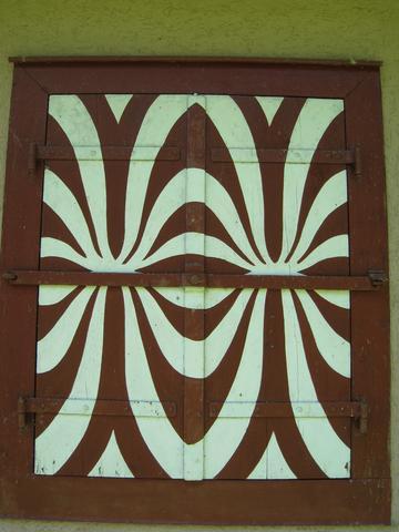 Wie am Besten Holz-Fensterläden mit Muster neu streichen? Mit Klebefolie?