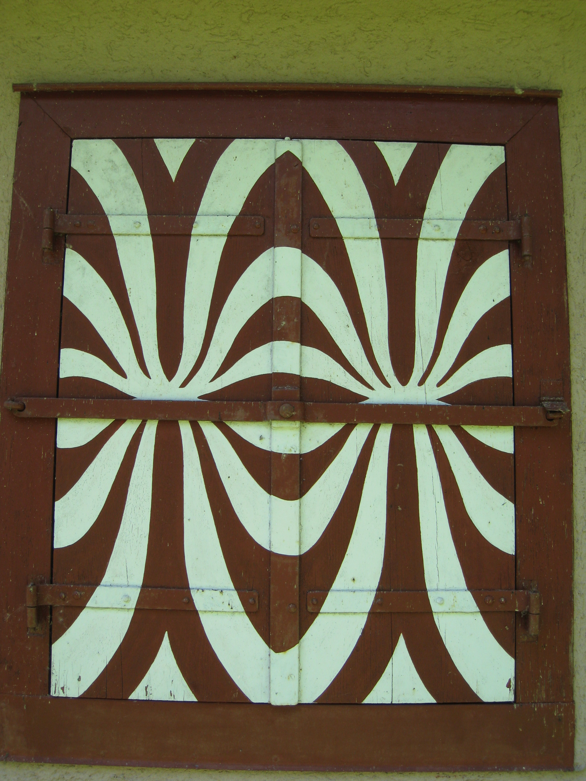 wie am besten holz fensterl den mit muster neu streichen mit klebefolie farbe maler. Black Bedroom Furniture Sets. Home Design Ideas