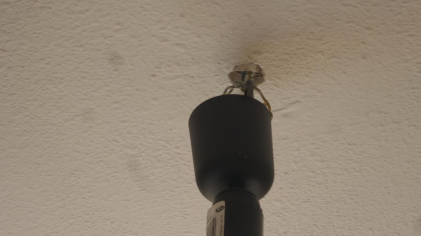 wie befestigt man die abddeckung von einem lampenkabel haus haushalt strom. Black Bedroom Furniture Sets. Home Design Ideas