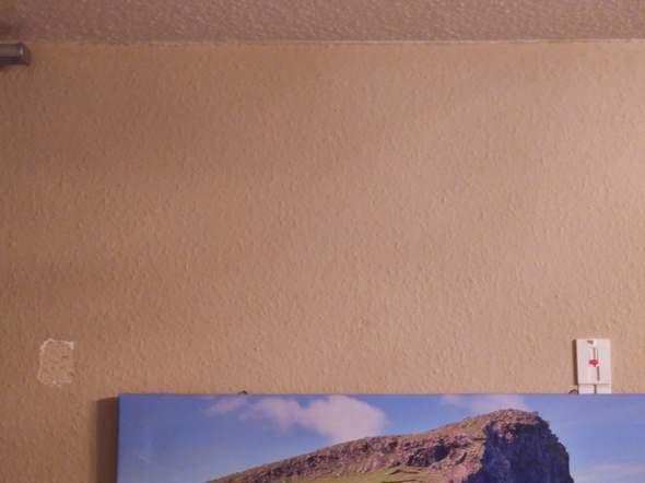 Wie bekomme ich den Tesa verstellbar Klebenagel ohne Beschädigungen von der Wand gelöst?