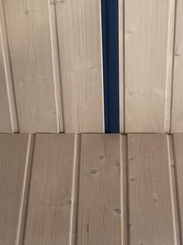 Wie bekomme ich die Bunten Streifen von der Holzdecke?