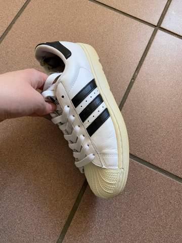 Wie bekomme ich meine, von der Sonne vergilbten Adidas Schuhe wieder weiß?