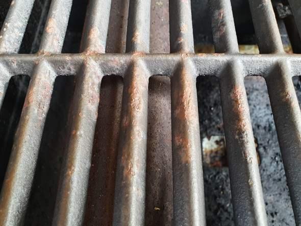 Wie bekomme ich Rost von einem Gusseisen-Grillrost?