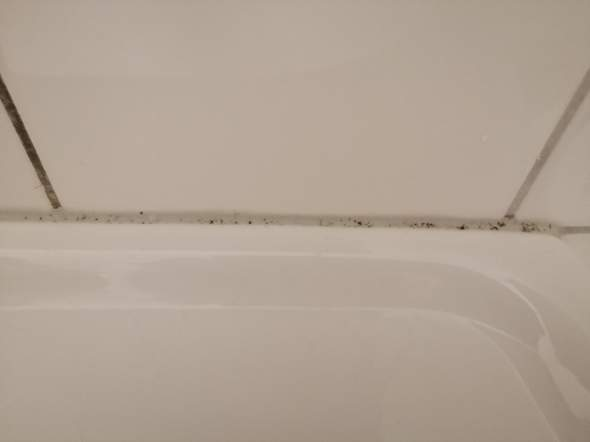 Wie bekommt man diesen schimmel am Waschbecken weg?