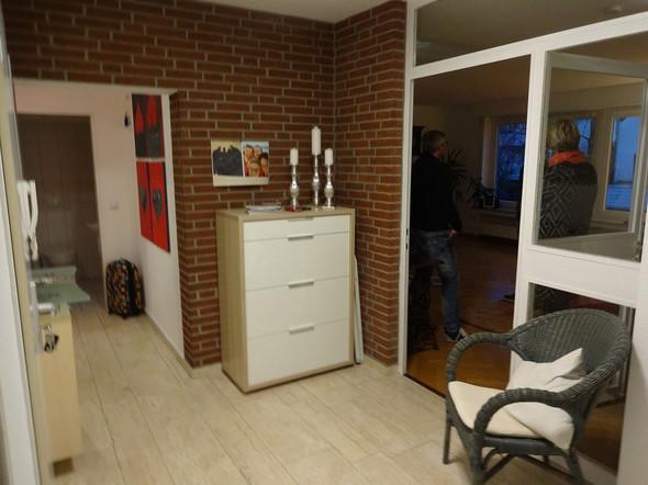 Die Besagte Wand Mit Möbeln Der Vormieter   (Wohnung, Dekoration, Klinke)