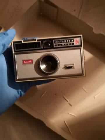 Wie entferne ich alte ausgelaufene Batterien aus einer Kamera?