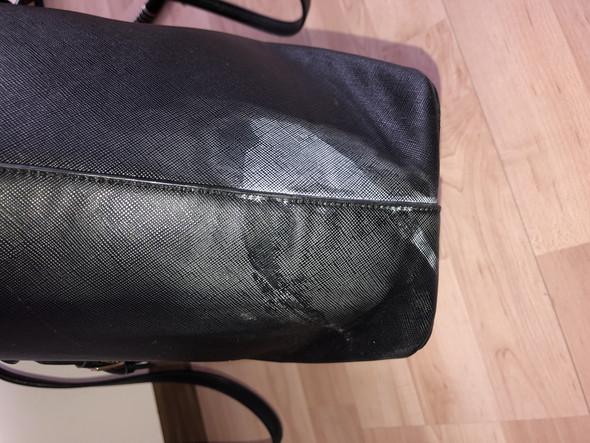 Wie entferne ich Nagelkleber von einer Tasche?
