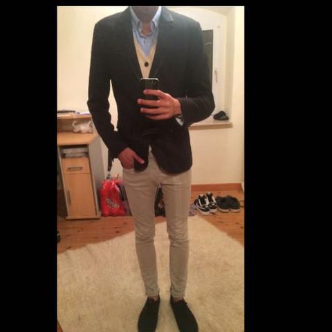 Sakko schwarz   Hemd blau   Strickjacke beige   Hose Natur weiß   Schuhe schwarz - (Mode, Aussehen, Klamotten)