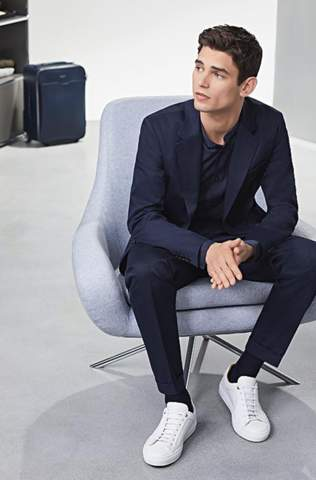 Wie gefällt euch die Kombination zwischen Sneakern und einem Anzug?