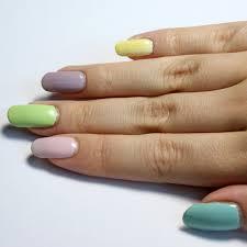 Wie gefallen euch bunt lackierte Fingernägel in Pastelltönen?
