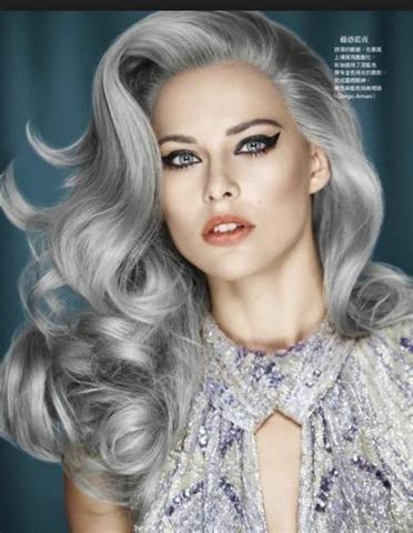 Wie gefallen euch silbergraue Haare bei Frauen (egal ob