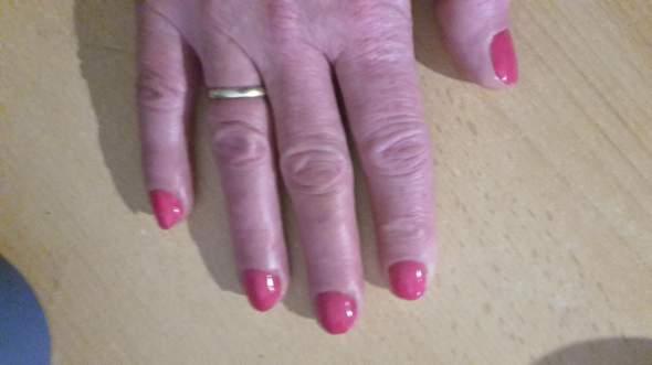 Bunte lackierte Fingernägel beim Mann oder das nur Frauen?
