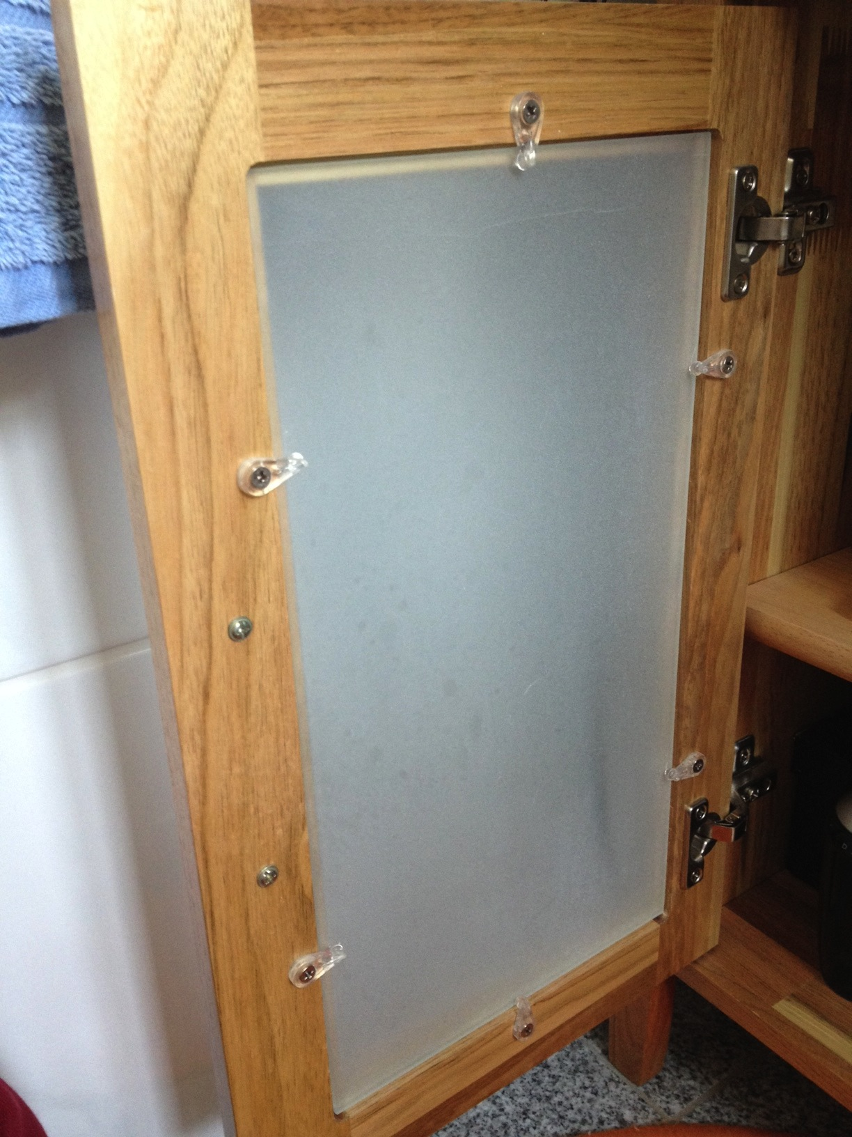 wie hei en diese plastik befestigungen f r eine glasscheibe haushalt reparatur m bel. Black Bedroom Furniture Sets. Home Design Ideas