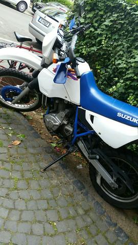 Wie heißt das Suzuki Motorrad auf dem Bild?