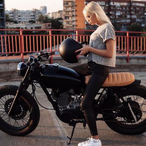 Wie heißt die Marke von dem Motorrad oder bzw. welches Motorrad ist das?