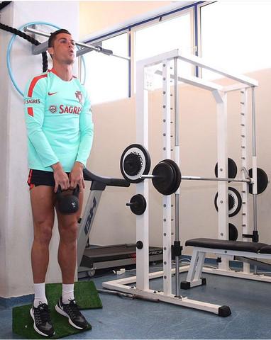 Ronaldo auf dem Gerät - (Fitness, cristiano-ronaldo, Fitneßgerät)