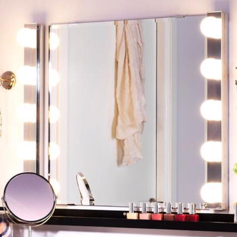 wie hei t diese lampe bei dem spiegel wohnung. Black Bedroom Furniture Sets. Home Design Ideas
