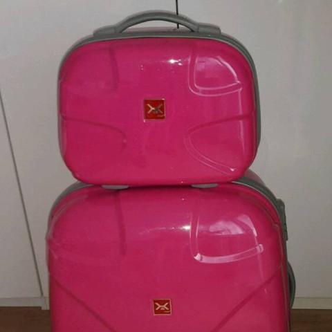 Wie heißt dieser Koffer mit dem kleinen Koffer dazu und gibt es den in groß?