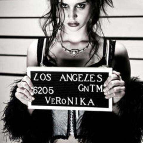 Wie heißt es?!?! (Das wo drauf steht: LOS ANGELES 6205 GNTM VERONIKA😆 Daköö😜 - (Cosplay, Gefängnis, gntm)