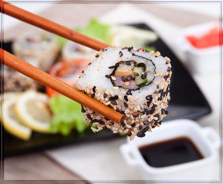 Sushi mit Stäbchen - (essen, Sushi, Manieren)