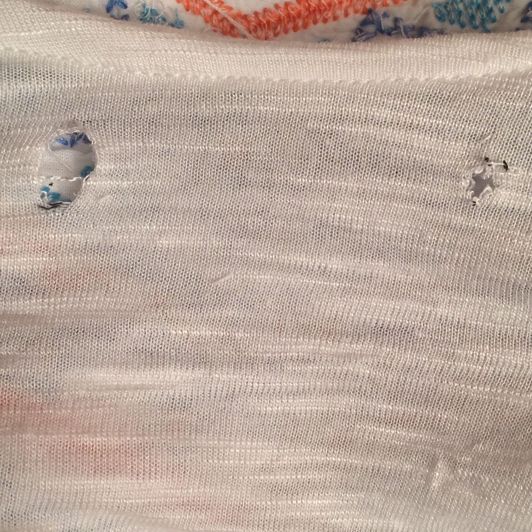 Wie kann diese zwei Löcher im shirt wieder schön zusammen