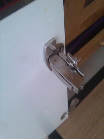 Wie kann ich am einfachsten eine abgerissene schrankt r an for Scharnier kuchenschrank