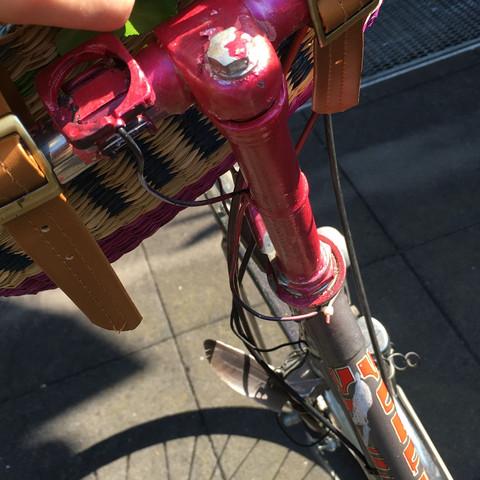 Wie kann ich bei dem Fahrrad den Lenker höher stellen?