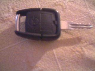 wie kann ich bei meinem opelschlüssel die batterie wechseln? (auto