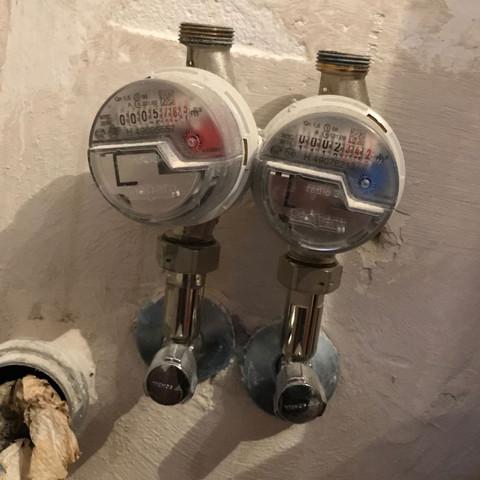 Wie kann ich hier den Wasserhahn und die Spülmaschine anschließen ?  - (Küche, Spuelmaschine, Armatur)