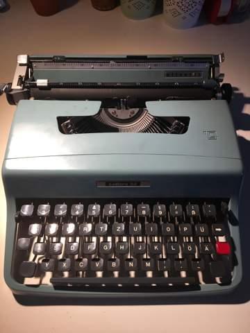 Wie kann ich das Farbband bei einer Schreibmaschine wechseln und erneuern?