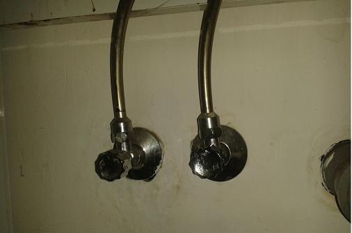 wie kann ich das wasser unter der sp le abstellen sp len wasseranschluss. Black Bedroom Furniture Sets. Home Design Ideas