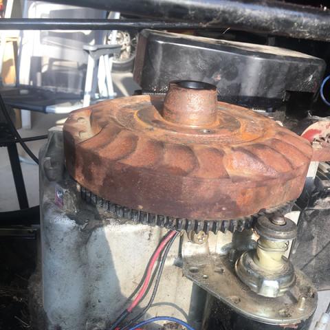 Seitenansicht. Der rostige metallkorb muss weg. Das zahnrad muss gewechselt werd - (Technik, Motor, basteln)