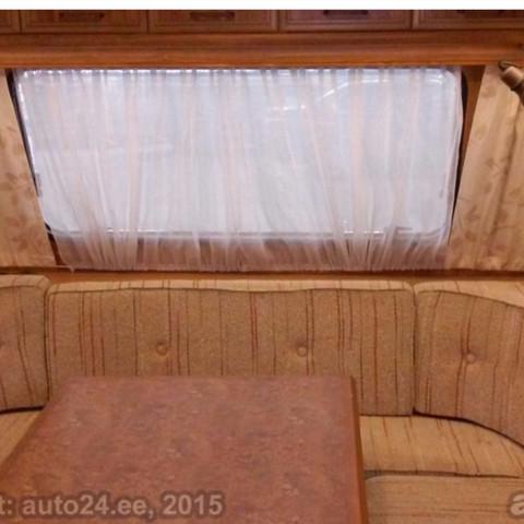 Wie kann ich im Wohnwagen beim großen fenster die gardienen nach hinten hängen lassen und nicht gerade herunter hängen lassen?
