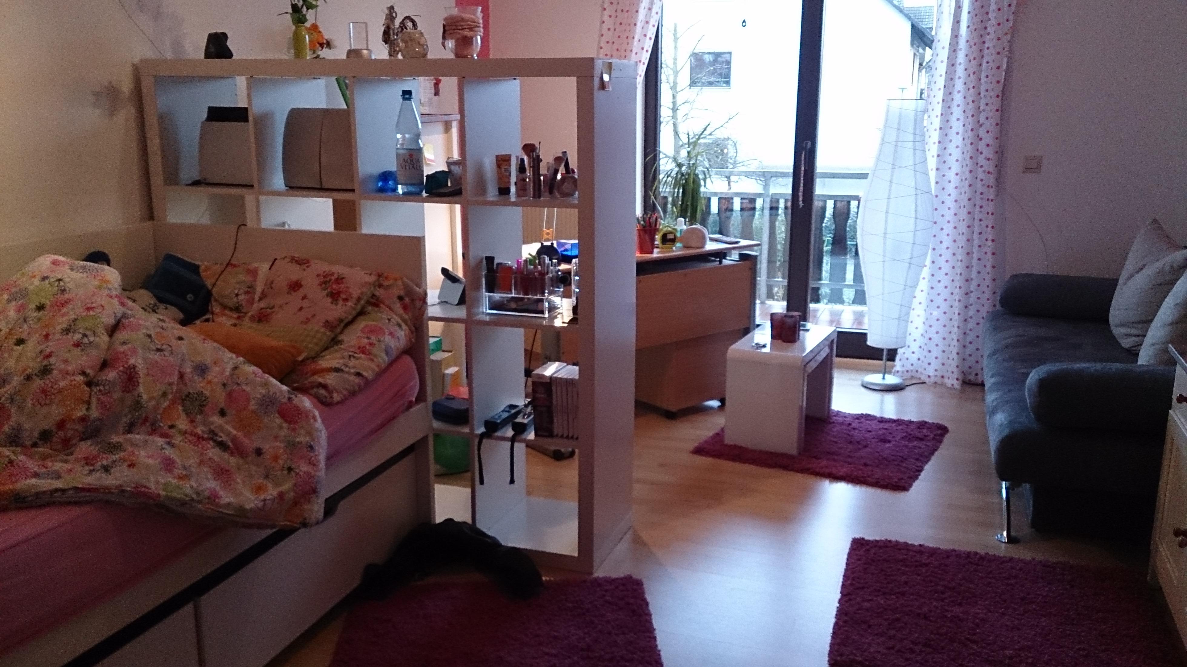 kleines zimmer bild kleines beispiele fabelhafte tapete modernes design mit holz nachttisch. Black Bedroom Furniture Sets. Home Design Ideas