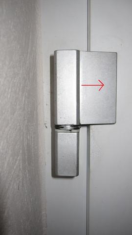 Wie kann ich meine Haustür am Scharnier einstellen?