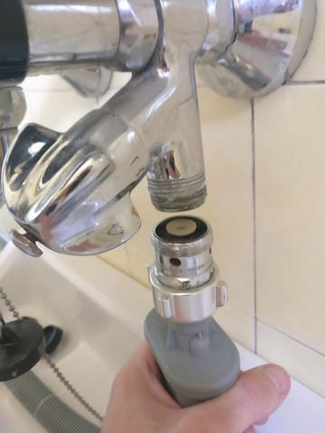Schlauch Von Waschmaschine Und Armatur Im Badezimmer   (Waschmaschine, Bad,  Badezimmer)