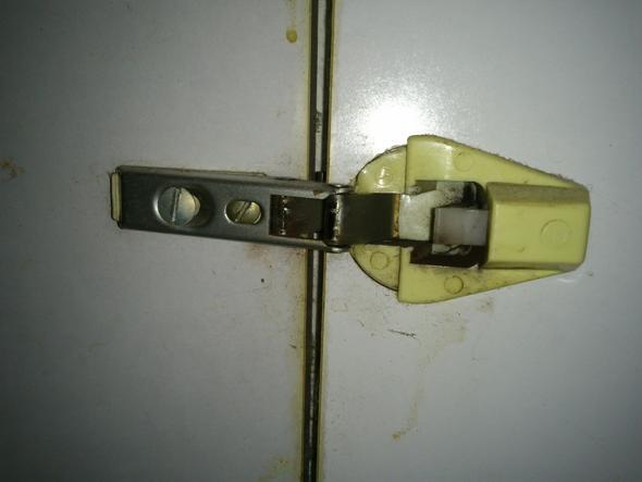 Wie kann man dieses Türscharnier (Küchenschrank) austauschen ...
