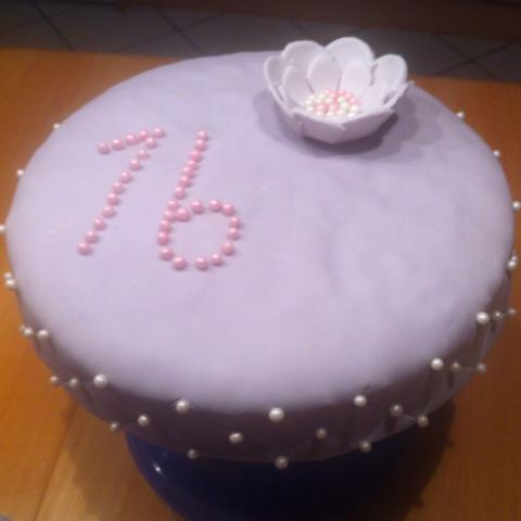 Geburtstagskuchen - (Figur, Kuchen, Blumen)