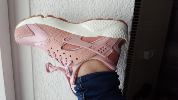 Wie kann man rosa Schuhe kombinieren?