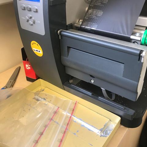 Hier der Drucker - der Auswurf-Schlitz ist zu erkennen.  - (Schule, Technik, Arbeit)