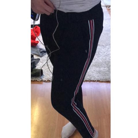 Wie könnte man diese Jogginghose kombinieren (19jahrealt) 😂😂 ich hätte mir gedacht mit einem schlichten schwarzen Oberteil was meint ihr?