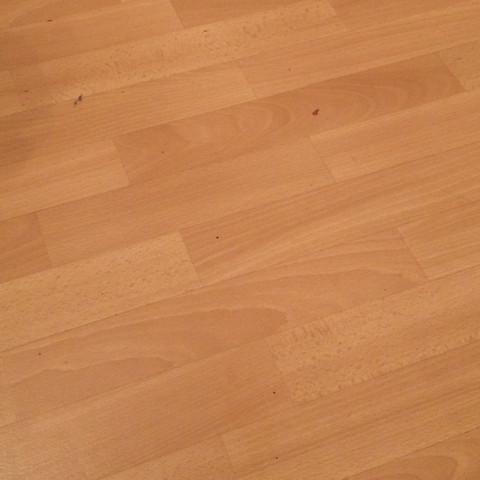 Wie kommt man Schmier Flecken vom Holzlaminat weg?