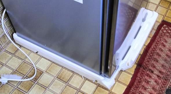 Wie krieg ich das Styropor unter dem Kühlschrank am besten weg?