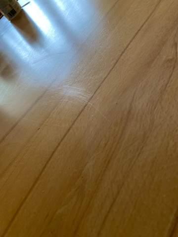 Wie kriege ich die Kratzer aus dem Tisch??