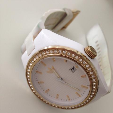 wie kriege ich meine armbanduhr sauber weiss farbe uhr adidas. Black Bedroom Furniture Sets. Home Design Ideas