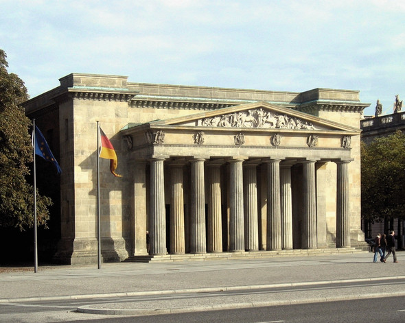 Wie nennt man das Stück zwischen Dach und Säulen bei einem antiken Gebäude?