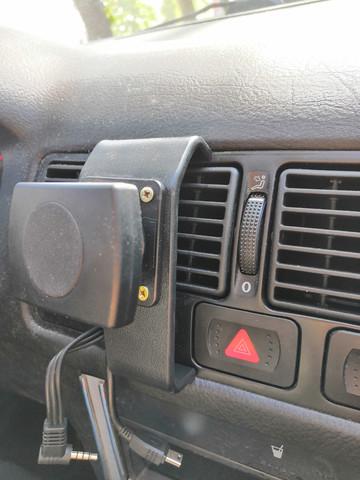Wie nennt man die Klemm-Trägerplatte auf dem Foto, die man in diversen Autos z.B. zur Navi-Befestigung einsetzen kann?